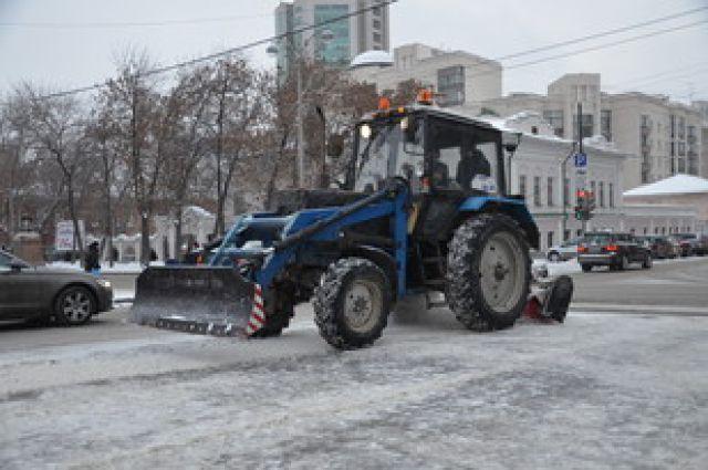 Службы благоустройства чистят Екатеринбург от снега