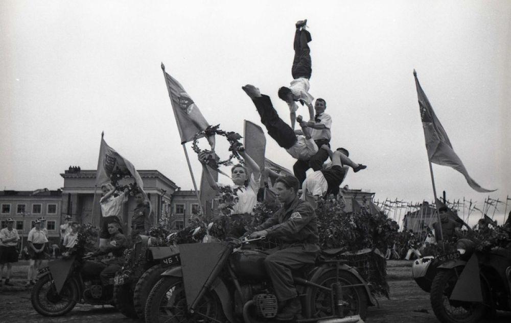Первые отряды Всесоюзной коммунистической детской организации появились в Челябинске в 1922 году. В 20-30-х годах пионеры занимались в хоровых, драматических и спортивных кружках, выпускали стенгазеты. В годы Великой Отечественной войны юные челябинцы вместе со взрослыми работали на ЧТЗ, ЧГРЭС. В 50-е годы пионерские отряды соревновались за право называться отрядом-спутником семилетки, в 60-е — выполняли задания пионерской 2-летки по сбору металлолома для строительства железной дороги «Абакан–Тайшет», нефтепровода «Дружба» и производства тракторов для целины.