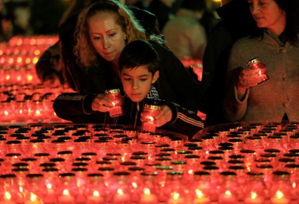 На Майдане Незалежности зажгли тысячи свечей в память о погибших в зоне АТО