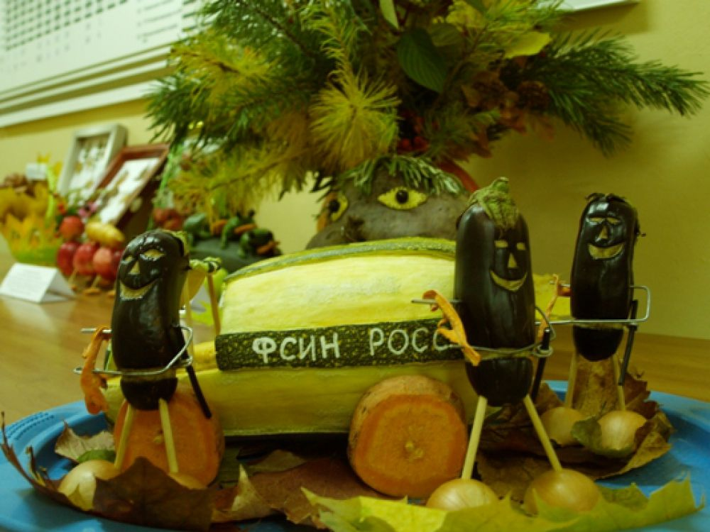 Фантазия сотрудников отдела по конвоированию превратила тыкву в спецмашину «Тыквозак», охраняемую вооружёнными «до зубов» часовыми – фиолетовыми баклажанами, составляющими охрану спецавтомобиля.