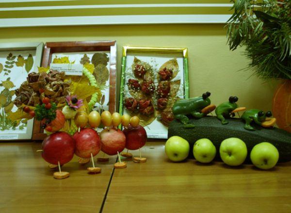 Из яблок участники конкурса сделали гусениц.