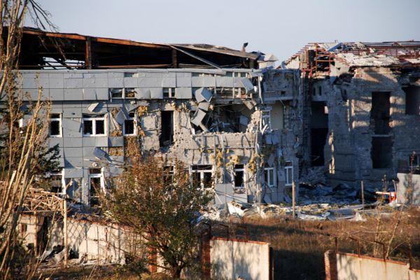 В ДНР объясняют желание взять аэропорт тем, что оттуда постоянно обстреливают город. А в Киеве говорят, что сдача объекта - потеря важной оборонительной линии: мол, следом ополченцы отвоюют Краматорск, Славянск и пр.