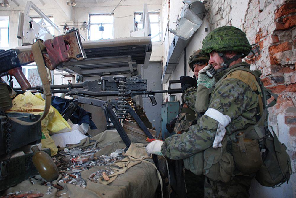 Ополченцы Донецкой народной республики во время боя в одном из терминалов аэропорта в Донецке.