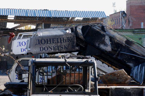 Премьер-министр ДНР Александр Захарченко сообщил, что ополчение контролирует «почти 100% территории аэропорта», а с заблокированными силовиками ведутся переговоры, но сдаваться они не хотят.