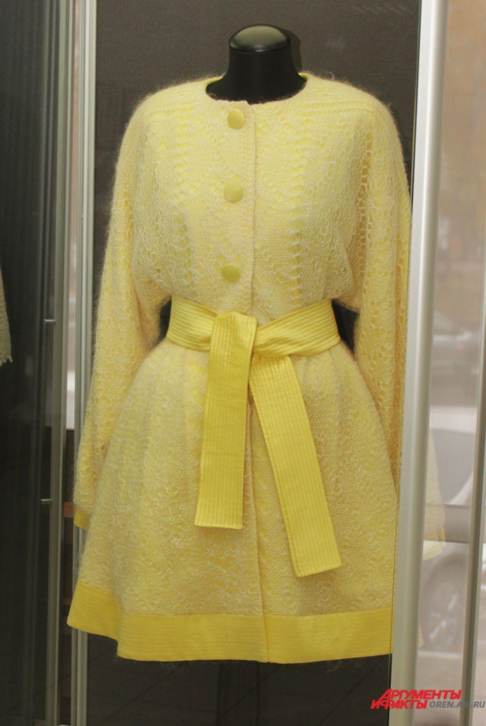 Пальто с ажурным платком подарил музею истории Оренбурга Валентин Юдашкин в 1996 году.