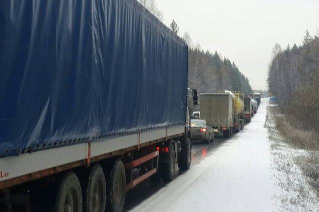 Автомобилисты застряли в пробке на Серовском тракте из-за снега