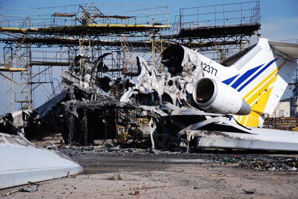 Разрушенный самолет в аэропорту Донецка.