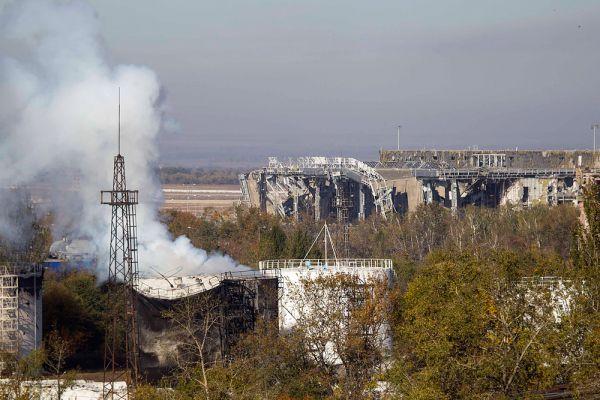 По данным представителей ополчения, в воздушной гавани еще остается небольшая группа силовиков Киева, которые укрываются на подземных уровнях аэропорта.
