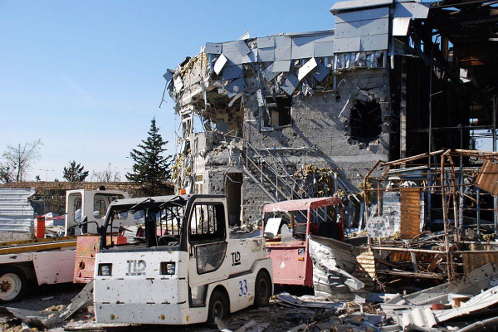 В Киеве заявляют, что инфраструктура аэропорта сильно повреждена, но пока неясно, можно ли его использовать по назначению.