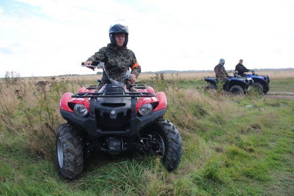 Нынче непроходимые поля и крутые рельефы приморской земли оперативники брали на мощных внедорожниках и квадроциклах.