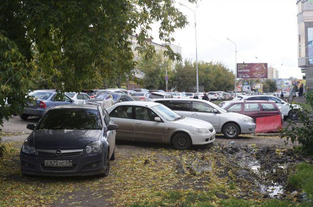 Автомобилисты паркуются прямо на газонах.