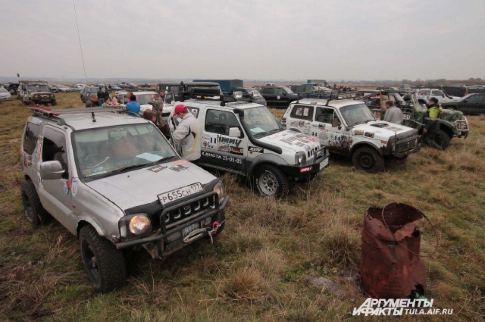 В начале автомобили были отполированны и начищены, но состязания быстро это испраивили...