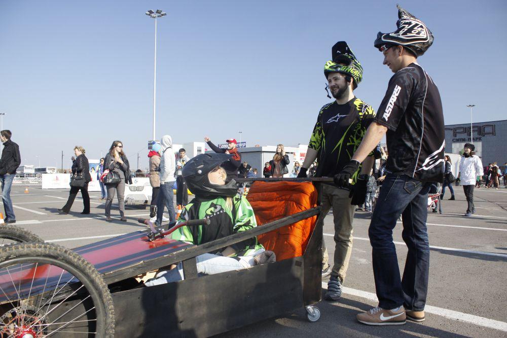 Шлем на этих гонках - не элемент дизайна, а всё-таки необходимость