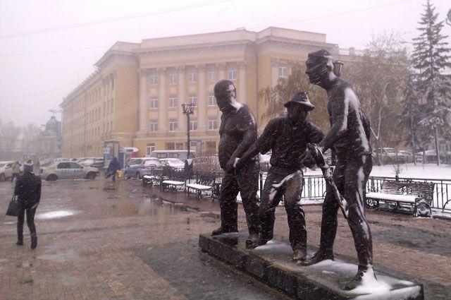В Покров день отмечают встречу осени с зимой. Вот и в Иркутске пошел снег.