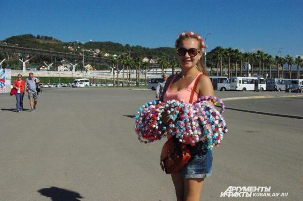 Жительница Москвы приехала в Сочи, чтобы продавать собственноручно сделанные сувениры у ворот Олимпийского парка.