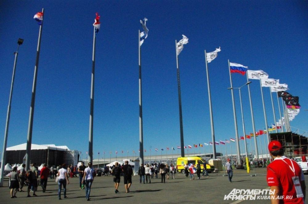 Путь к Медалз плаза. На Олимпиаде именно здесь вручали медали спортсменам, а на гонках здесь проходили концерты и автограф-сессии.