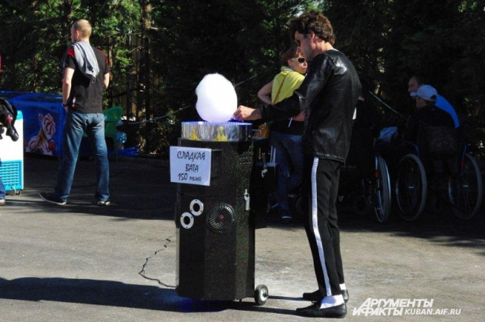 В Олимпийский парк приехал известный на весь Краснодар продавец сладкой ваты, который одновременно делает вату и танцует в стиле Майкла Джексона.
