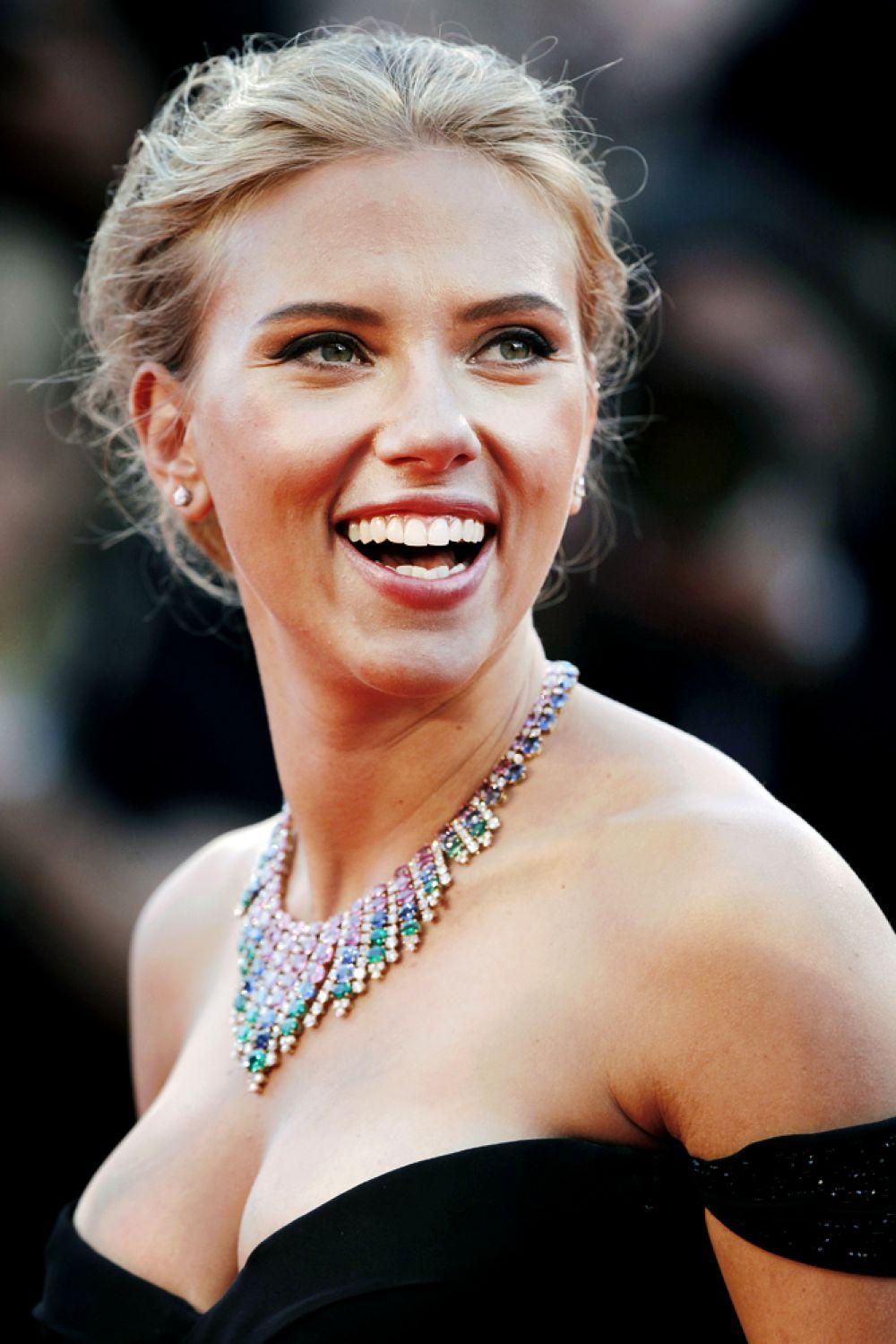 В 2013 году титул самой сексуальной женщины во второй раз достался Скарлетт Йоханссон.