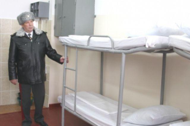 После избиения одного из заключённых группой других, начальник СИЗО, предположительно, сообщил правоохранителям, что избитый на самом деле упал со второго яруса кровати.