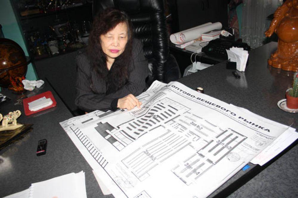 Дао Тхи Кой, управляющая Вьетнамским рынком, показала на карте какая часть торгового павильона уничтожена огнем