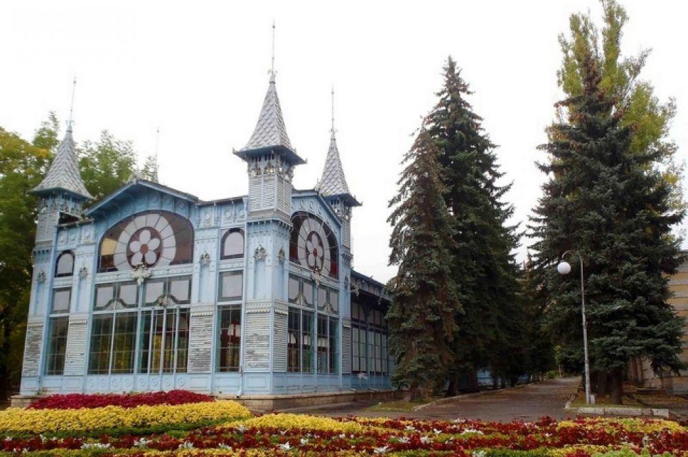 В центре парка «Цветник» располагается Лермонтовская галерея. Это прямоугольное сооружение из цветного стекла, металла и дерева. Павильоны изготавливались частично в Варшаве, частично в Петербурге, затем в разобранном виде они были доставлены на Кавказ и установлены в качестве курортных галерей для прогулок отдыхающих в ненастную погоду в парках Пятигорска и Железноводска. Галерею в Цветнике открыли в 1901 году, в 60-ю годовщину гибели Лермонтова. Галерея получила название Лермонтовской.