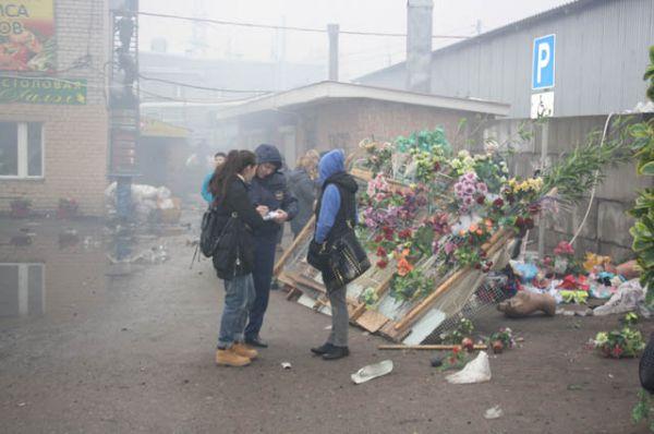 Сотрудники полиции фиксируют, сколько вещей сгорело у каждого продовца