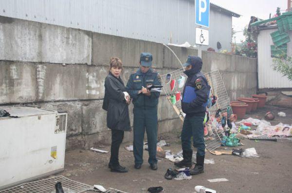 На месте продолжают работать сотрудники полиции и МЧС