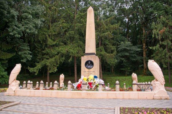 Обелиск на месте гибели Лермонтова. Памятник был выполнен в 1914 году по проекту Б.М.Микешина из кисловодского песчаника.