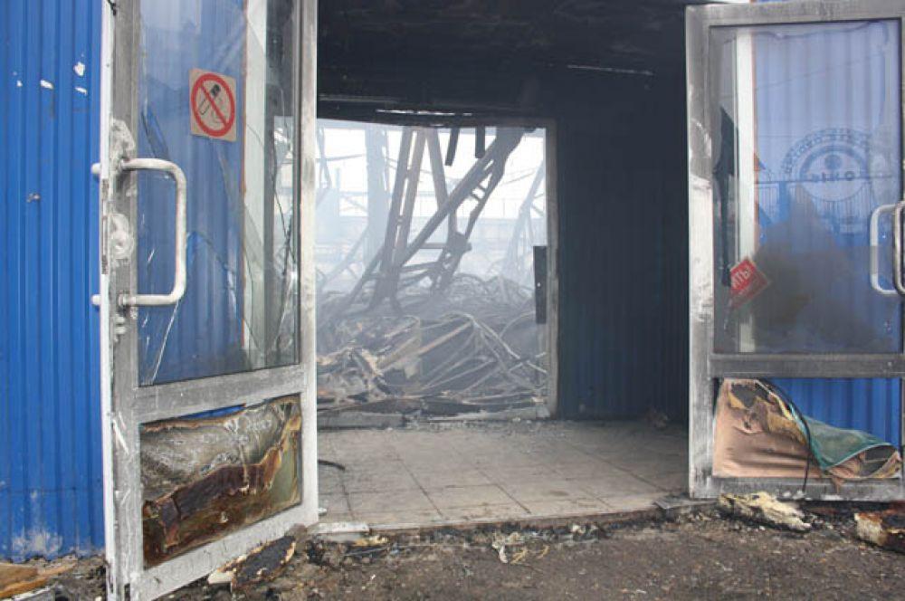 Так как пожар произошел в понедельник, в выходной день на рынках, людей в торговом помещении не было. Пожар обнаружил охранник, во время осмотра территории