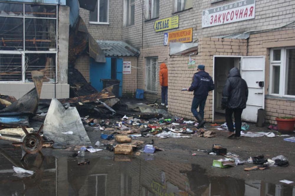 Сейчас территория Вьетнамского рынка завалена мусором