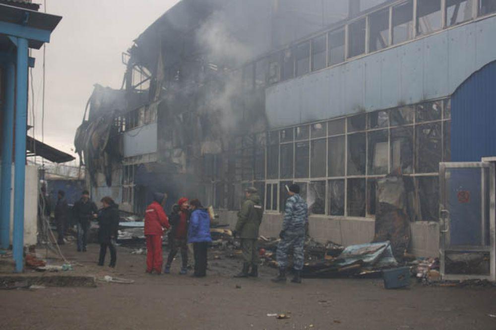 Не смотря на то, что пожар удалось потушить 13 октября в 21.10, дым продолжает идти в некоторых местах