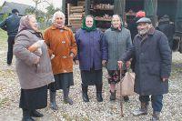В «хлебный день» сразу виден возрастной состав деревенского населения - почти все пенсионеры.