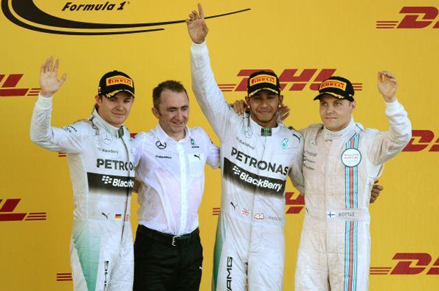 Призеры российского этапа чемпионата мира покольцевым автогонкам вклассе «Формула-1» нацеремонии награждения.
