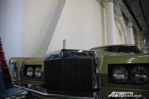 Lincoln Continental Mark V Diamond Jubilee Edition 1978 года выпуска. Самый желанный экспонат для коллекционеров со всего мира. В стандартной комплектации, между прочим, имел 8-дорожечный кассетный магнитофон.