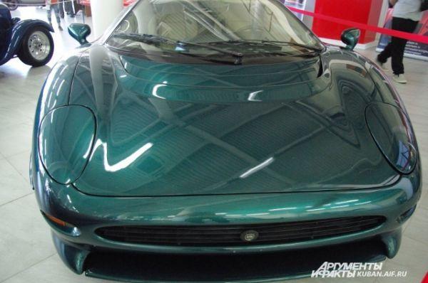 Jaguar XJ 220 1996 года выпуска.