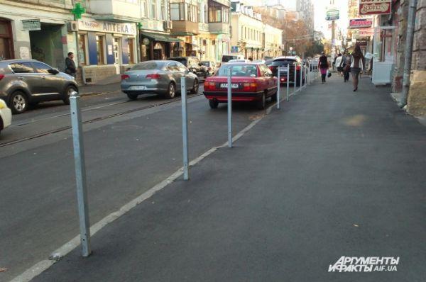 На Межигорской установили столбики для нерадивых парковщиков