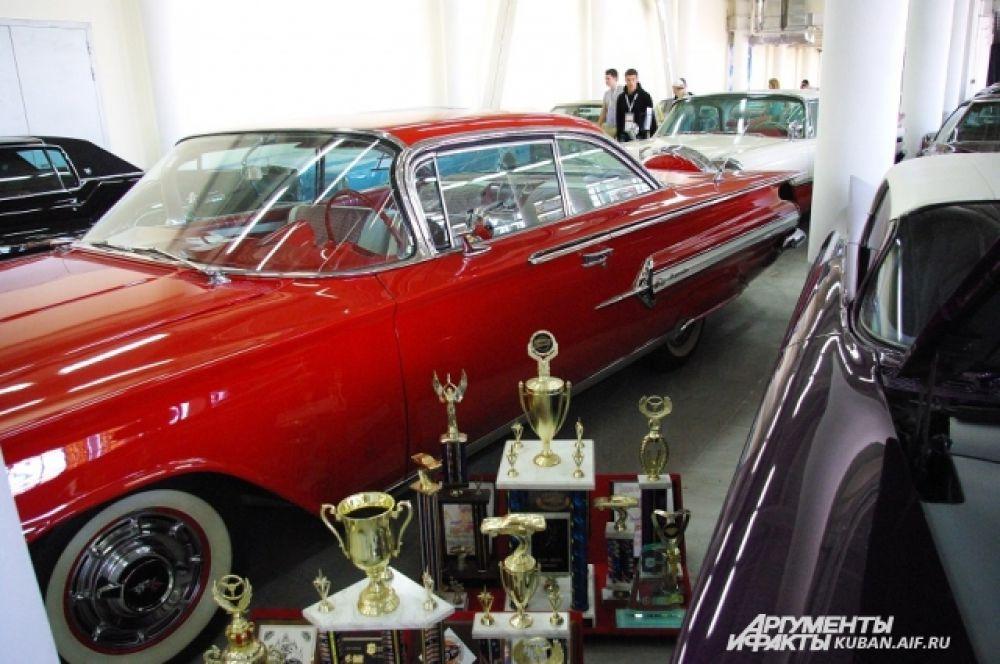 Рядом с автомобилями представили награды, которые они завоевали в свое время.