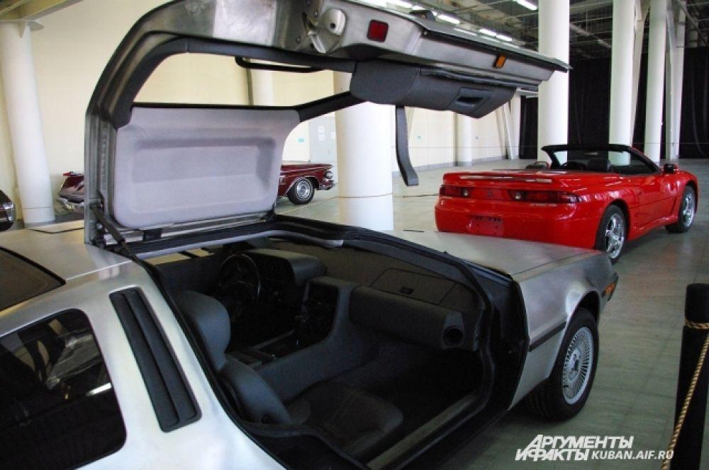 Delorean DM12 1981 года выпуска. Именно на этом авто смонтировали машину времени в знаменитом фильме «Назад в будущее».