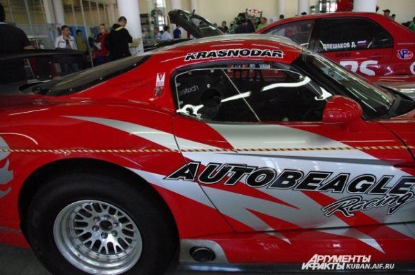Dodge Viper Competition Coupe 2002 год выпуска. Выпускался ограниченной серией специально для гонок. Эта модель прибыла в Россию и была переделана для соревнований по дрэг-рейсингу.