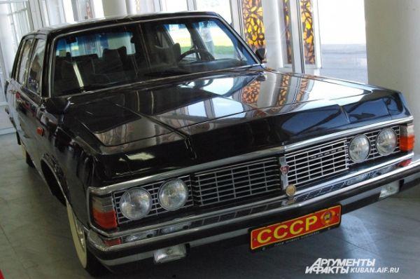 Один из двух российских автомобилей на выставке - «Чайка».