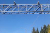 Радары на дорогах контролируют скорость движения автомобилей.
