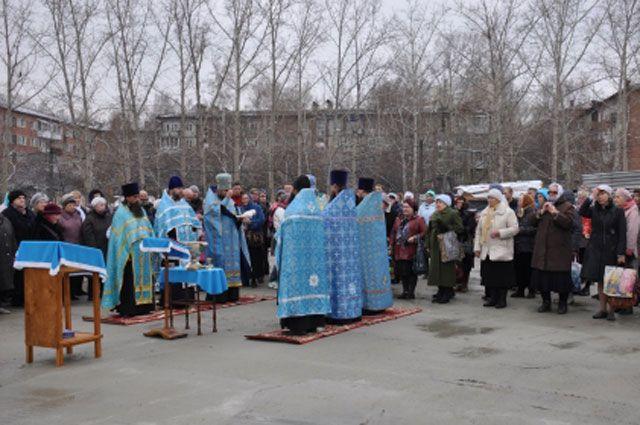 В торжественном молебне участвовали около 100 прихожан часовни.