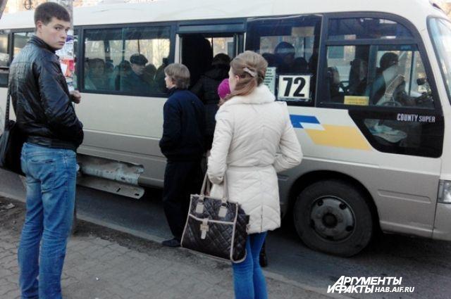 Остановка «Заводская». В маршрутках стоящих пассажиров нет. До драк за места пока не дошло. На остановке идут разговоры: что я, идиот, столько платить?