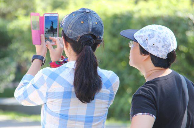 Туристы обожают фотографировать достопримечательности.
