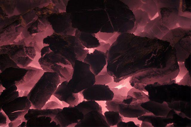 Зола, оставшаяся от сгоревшего угля остаётся горячей несколько часов.