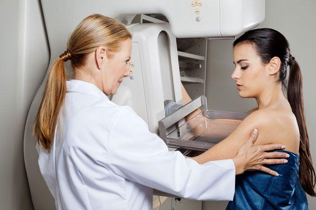 Жена дает раком стоя