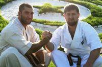 Рамзан Кадыров (справа) получил чёрный пояс по карате.