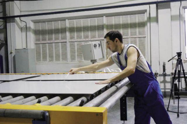 За смену на заводе производят около 300-400 кв. м стеклянных окрашенных панелей.