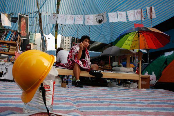 Протестная вспышка в Гонконге постепенно затухает. Но временами вспышки все еще случаются. Так, 15 октября полиция Гонконга арестовала 45 демонстрантов, которые пытались перекрыть бетонными плитами дорогу в финансовый центр города.
