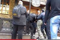 Одна из акций православных активистов по срыву концертов. Молодого человека в камуфляжных штанах, фаната группы Behemot избили, а полиция не дала ему войти в клуб.